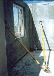 Монтажная связь для временного крепления панелей внутренних стен