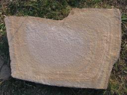 Камень плоский, природный, цвет рыже-коричневый с разводами..