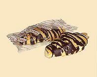 Круассан с миланской карамелью с шоколадной глазурью