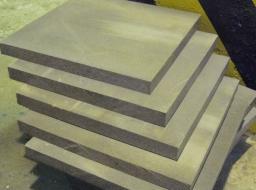 цементно-стужечные плиты и фиброцементными панелями (Фиброцементные панели (их еще называют цементно-волокнистыми) состоят из армирующего волокна, цемента (80-90%) и минеральных заполнителей);