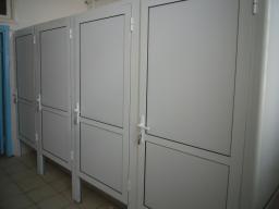 Сантехнические перегородки из алюминиевых и пластиковых конструкций с различным видом заполнения.