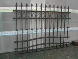 Заборы из металла с элементами ковки
