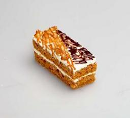 Нарезное пирожное с орехом