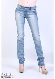 Узкие женские джинсы светло-голубого цвета