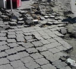 Демонтаж старой тротуарной плитки