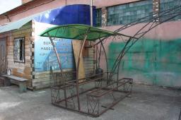 Кованые лавочки с арочным навесом на витой трубе с элемнтами ковки и столиком