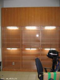 Торговая витрина с подсветкой, стеклянными дверцами на замке и верхним накопителем с дверцами дсп