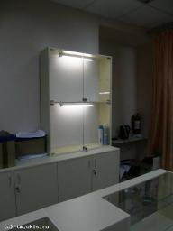 Витрина стеклянная с накопителем, стеклянными дверцами на замках и подсветкой