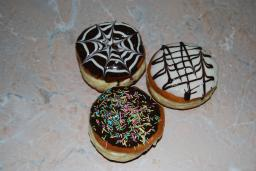 Пончики глазированные с ванильным кремом.