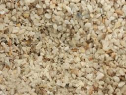 Мраморная крошка бело-кремовая фракции 2*5 мм. в мешках