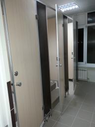 Фурнитура для сантехнических туалетных перегородок. Фурнитура для перегородок туалетных модульных из hpl пластика. Замки с индикатором, ножки регулируемые, петли доводчики