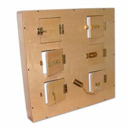 Модуль с шестью дверцами, замочками и задвижками