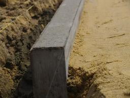 Установка тротуарных бетонных бордюров