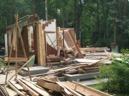 Демонтаж деревянных стен, вывоз мусора