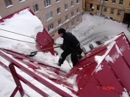 Уборка снега с крыш домов и бизнесцентров