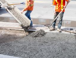 Заливка бетонной смеси по маякам