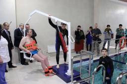 Подъемник с гидравлическим приводом для инвалидов в бассейн