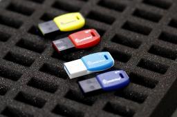 Флеш-диск USB 4GB, 8GB, 16GB, 32GB Cobra series. Цвет: (Чёрный с Синим, Чёрный с Красным, Чёрный с Белым, Чёрный с Жёлтым, Белый с Голубым). 4GB - 235 руб. 8GB - 240 руб. 16GB - (уточняйте). 32GB - (уточняйте).