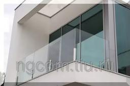 Балконные ограждения из стекла на министойках