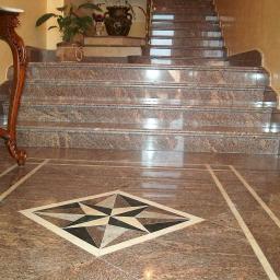 Гранитная лестница с розеткой