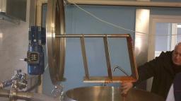 Емкость вертикальная нержавеющая стальная с рамной, якорной мешалкой.