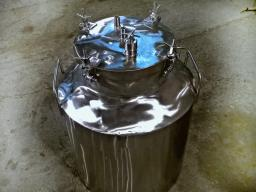 Емкость из пищевой стали с герметичной крышкой