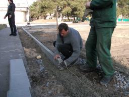 Установка бордюрного камня БР 100.30.15 на щебёночное основание