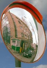 Зеркало сферическое дорожноекруглое с защитным козырьком D900мм. Низкая цена, звоните прямо сейчас. 221-91-81, 8-913-715-88-32