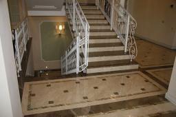 Лестница на второй этаж из гранитных ступеней