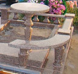 Круглый столик из красного гранита на кладбище