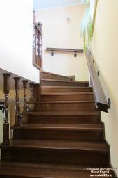 Лестница из дерева на второй этаж. Массив сосны.