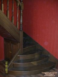 Лестница на тетивах с поворотом на 90* Массив сосны, тип-кладовка.