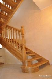 Деревянная лестница на заказ в Барнауле. Массив ясеня.