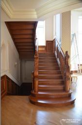 Лестница двухуровневая в классическом исполнении, на тетивах. Массив сосны.
