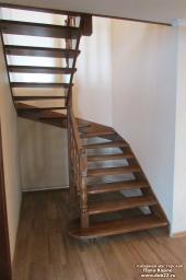 Лестница межэтажная открытого типа тетива+косоур с разворотом на 180* Массив сосны.