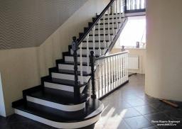 Лестница из массива берёзы, на косоурах.