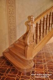 Интерьерная лестница с резным столбом. Массив берёзы.