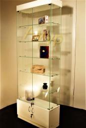 Витрина стеклянная изготовленная по технологии сверления.
