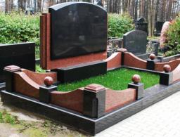 Памятник на двоих из коричневого и черного гранита
