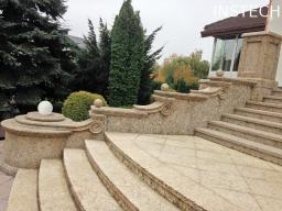 Бежевая гранитная лестница