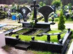 Памятник на 2 могилы с крестом посередине