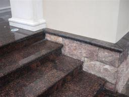 Лестница из красно черного гранита
