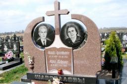Памятник из красного гранита с крестом
