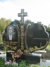 Черный памятник с золотой гравировкой Сердце