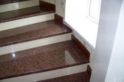 Лестница на второй этаж из красного гранита