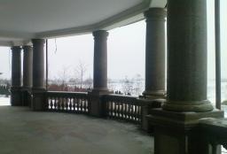 Светлая гранитная колонна
