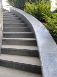 Винтовая серая каменная лестница