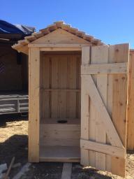 деревянный туалет, крыша покатая