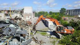 Демонтаж зданий экскаватором разрушителем.