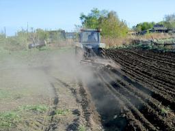Услуги трактора по вспашке и копке земли